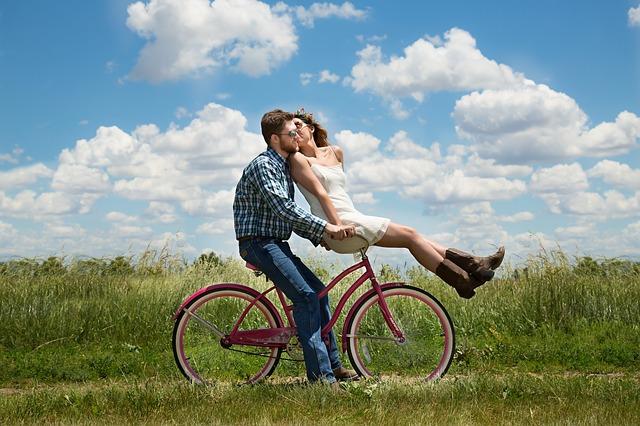 インスタグラムだけで生活をするカップルはフォロワーとの親密度が高い